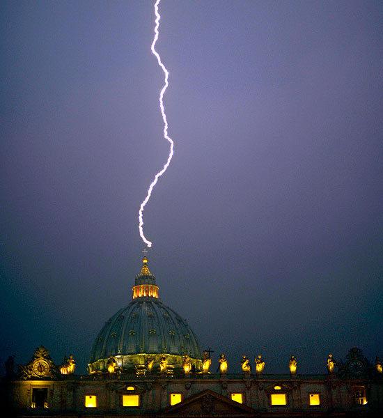 Click image for larger version  Name:lightning-striking-landmarks-1-550x600.jpg Views:108 Size:51.2 KB ID:79682