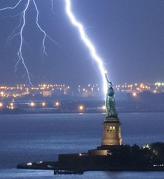 Click image for larger version  Name:lightning-striking-landmarks-10-550x600.jpg Views:123 Size:59.3 KB ID:79658