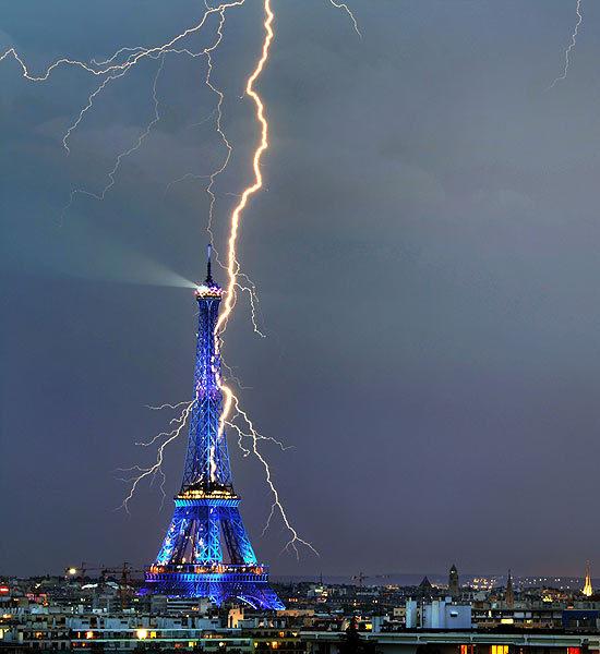 Click image for larger version  Name:lightning-striking-landmarks-4-550x600.jpg Views:143 Size:57.0 KB ID:79698