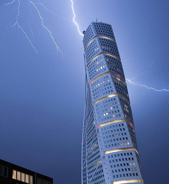 Click image for larger version  Name:lightning-striking-landmarks-6-550x600.jpg Views:117 Size:64.8 KB ID:79666