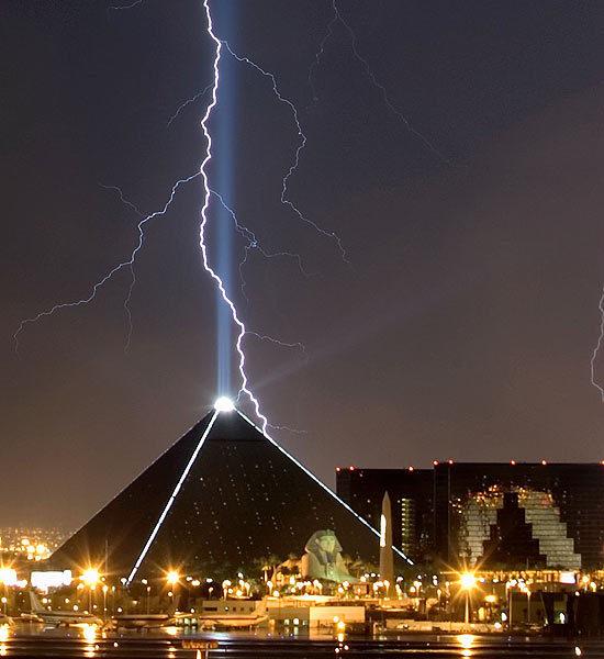 Click image for larger version  Name:lightning-striking-landmarks-8-550x600.jpg Views:122 Size:53.8 KB ID:79690